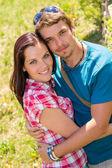 coppia giovane affettuoso felice abbracciando nel parco