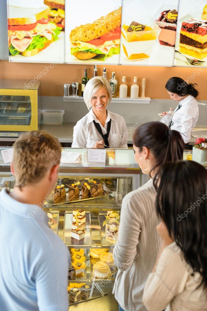 f05f490ed3a6ea klanten wachten in de rij om te kopen dessert — Stockfoto ...