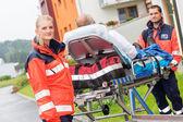 A hordágyat a mentősök sürgősségi beteg-támogatás