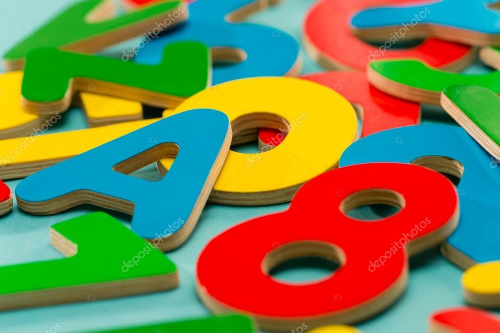 Lettere Di Legno Colorate : In legno colorato di numeri e lettere per bambini u2014 foto stock