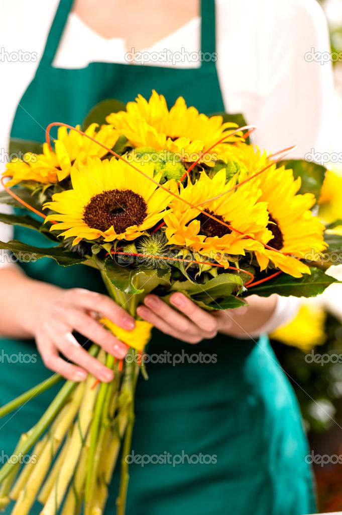 Femme tenant bouquet fleur de tournesol fleuriste jaune photographie candyboximages 19857855 - Bouquet de tournesol ...