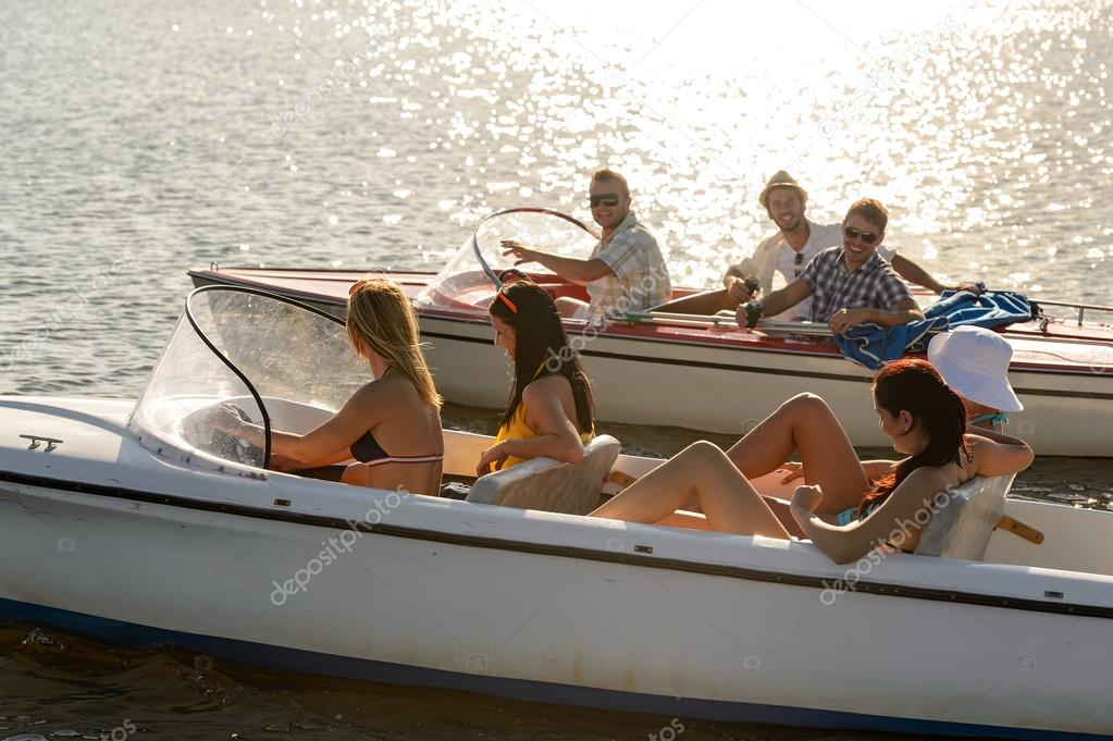 Giovane guida motoscafi lago estivo