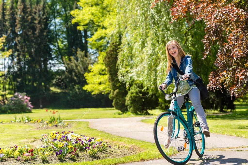 Niña Montando Su Bicicleta En Un Parque: Riendo Bicicleta De Chica Del Montar A Caballo En El