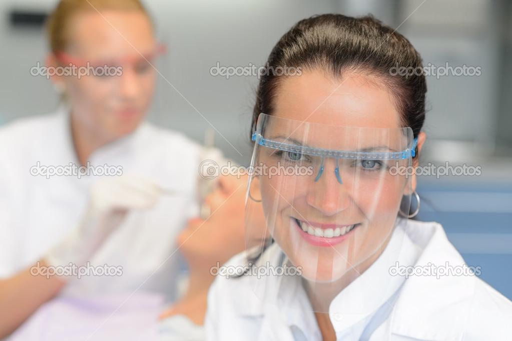 67c4cc643 Exame de paciente dentista profissional óculos de proteção — Fotografia de  Stock