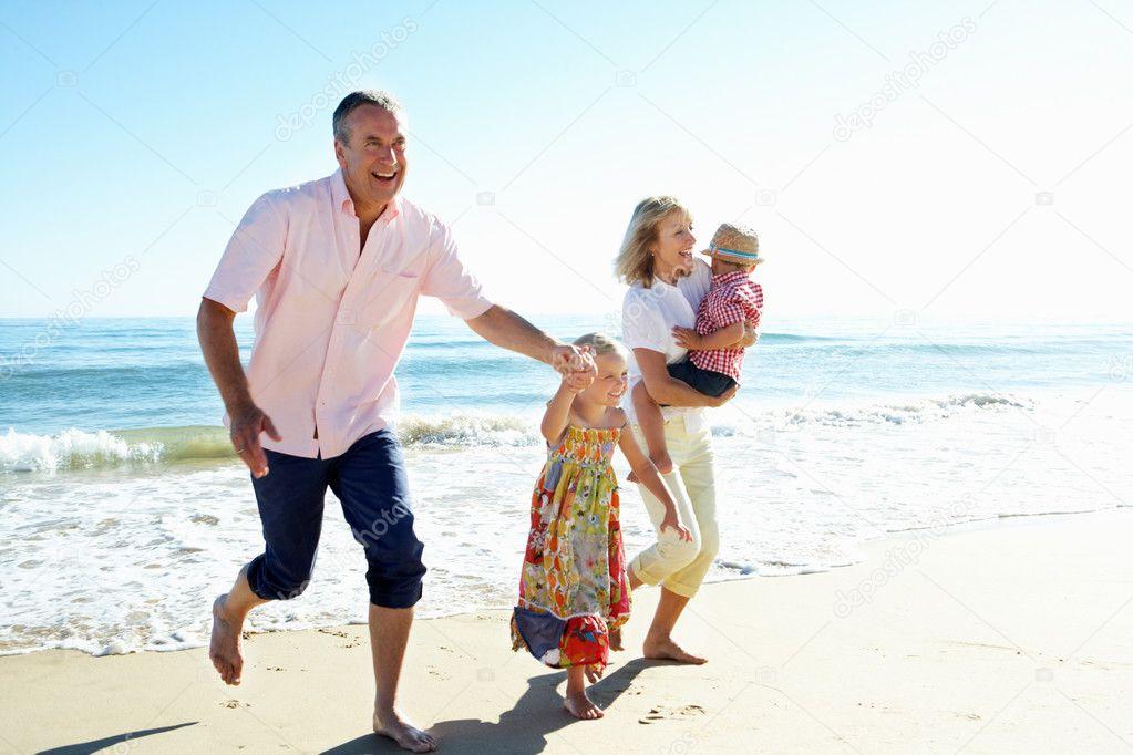 Дед и бабка на пляже фото 444-184