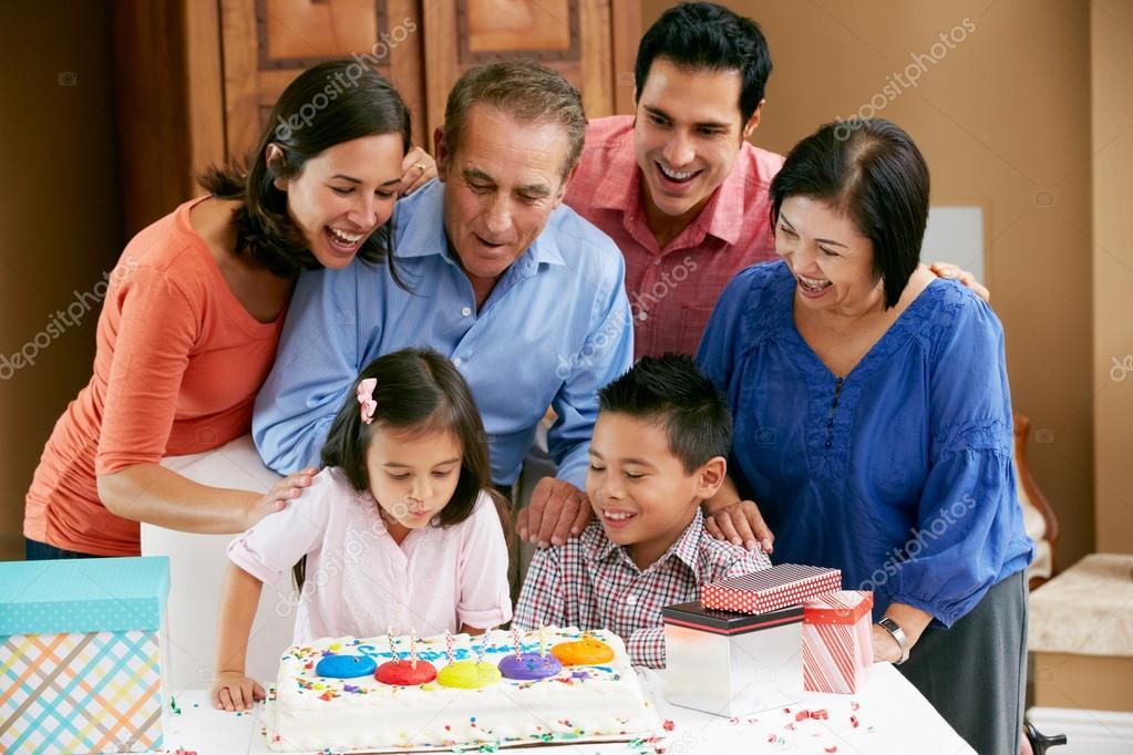 multi famiglia della generazione che celebra il compleanno
