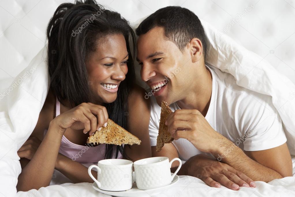petit d jeuner b n ficiant de couple au lit photographie monkeybusiness 27553991. Black Bedroom Furniture Sets. Home Design Ideas