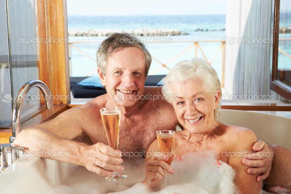 пожилые пары моются в бане онлайн сюжету рэйчел сбегает