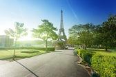 Fotografie slunečné ráno a Eiffelova věž, Paříž, Francie