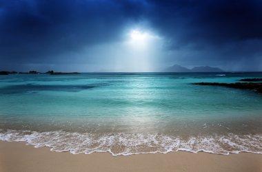 "Картина, постер, плакат, фотообои ""темное небо на пляже острова ла дигу, сейшельские острова постеры"", артикул 20018995"