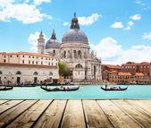 Bazilika santa maria della salute, Benátky, Itálie a dřevěné surf