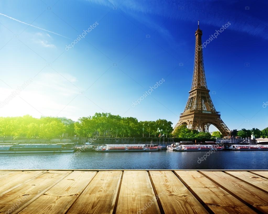 фон с деревянным столом палубы и Эйфелевой башней в Париже
