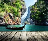 Fotografie dlouhá loď a skály na pláži railay v krabi, Thajsko