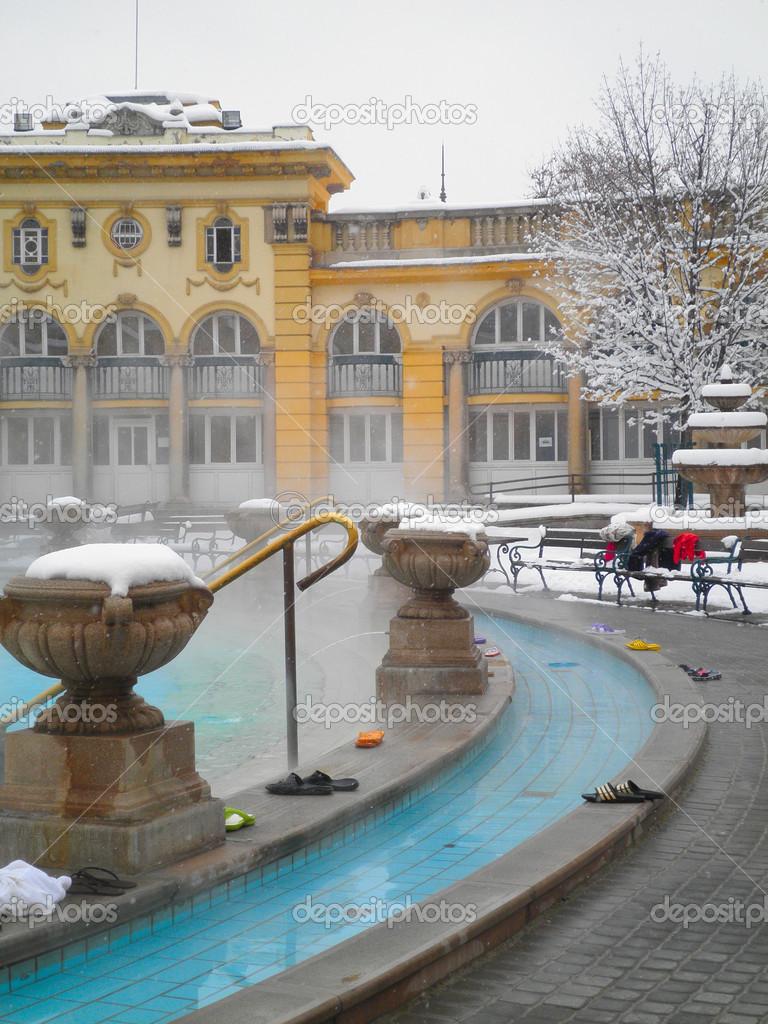 bagno termale szechenyi a budapest al giorno dinverno ungheria immagini stock