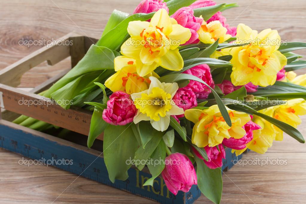 Mazzo di fiori di primavera in cassa di legno foto stock for Mazzo per esterni in legno