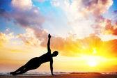 Sagoma di yoga sulla spiaggia