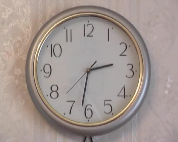 žlutá nástěnné hodiny v bytě
