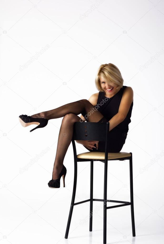 Женщина сидящая на стуле в чулках, порно отдых взрослых женщин
