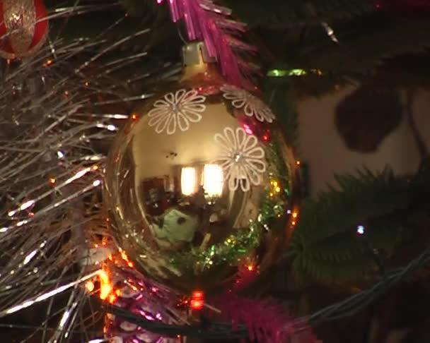 Vánoční stromeček zdobený míčky