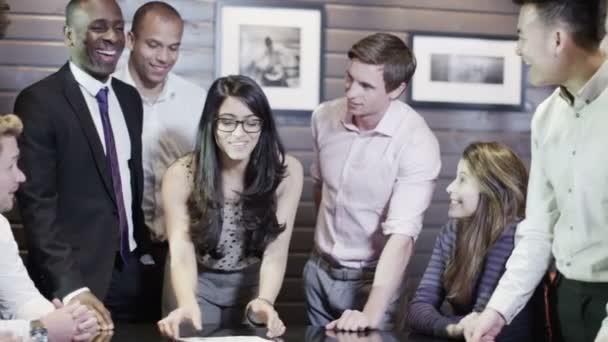 Skupina nadšených mladých obchodní schůzky