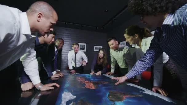 Junge moderne Business-Team in einer Brainstorming-Sitzung