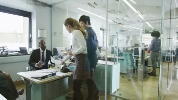 mladí kreativní obchodní tým při práci v moderní kancelář