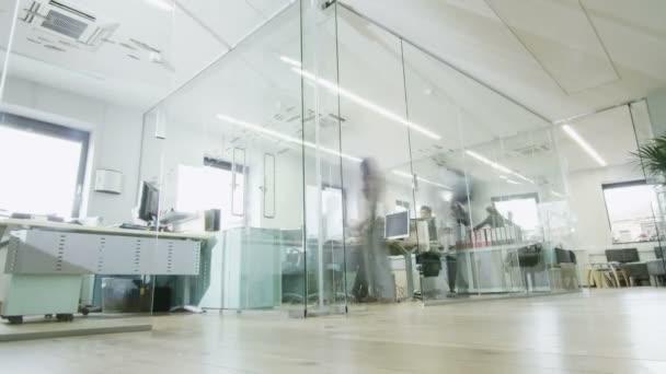 kreativní mladí profesionálové při práci v rušné moderní kancelářské