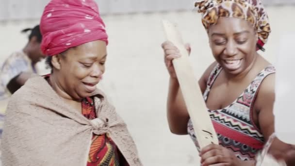 africké členů rodiny a Společenství spolupracovat, praní oděvů ručně