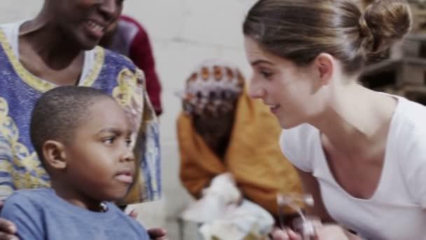 medizinische Arbeiter aus Wohltätigkeitsorganisation kann junge ihr Stethoskop verwenden