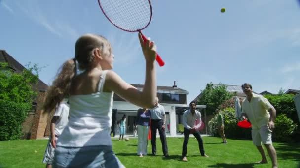 rodina a přátelé mnoha generací sportu v zahradě za slunečného dne