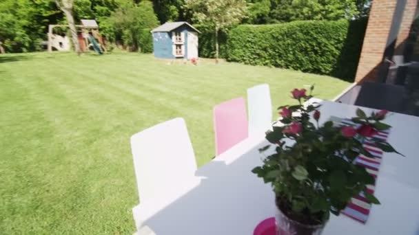 venkovní pohled stylový moderní dům a zahradu v létě