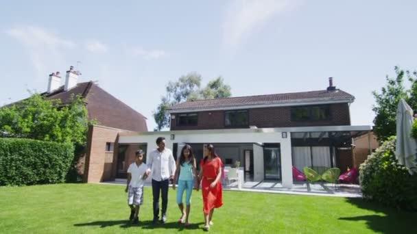 boldog ázsiai család állt a kertben, a modern hazai portréja