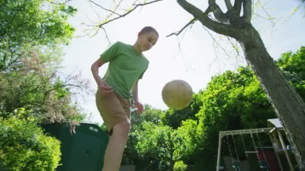 aktivní mladík vykonávající své fotbalové dovednosti venku za slunečného dne
