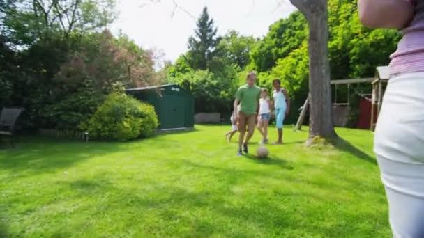 šťastný skupina mladých přátel hrát spolu venku v létě