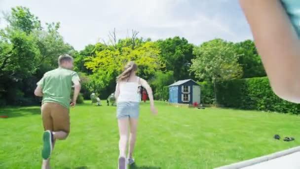 glückliche Gruppe junger Freunde spielen gemeinsam im freien im Sommer
