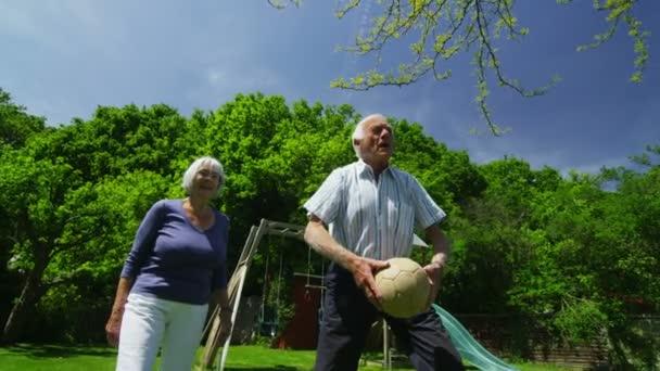 rodina a přátelé mnoha generací baví v zahradě na letní den