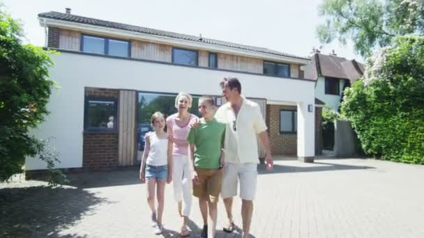 Porträt der glückliche caucasian Familie vor ihrem Haus an einem sonnigen Tag