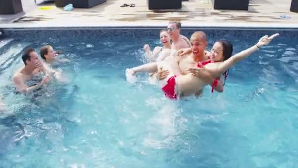 přátel představují v bazénu