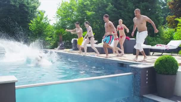 přátel skočit do bazénu