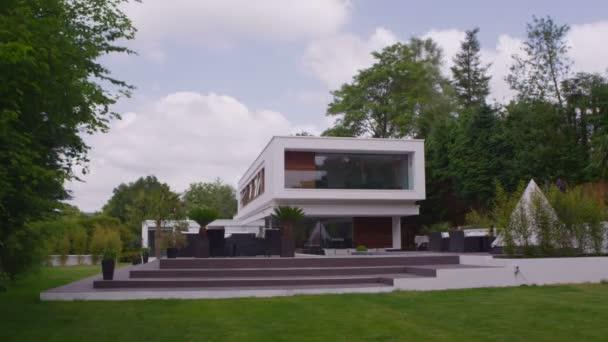 mraky táhnou nad luxusní dům