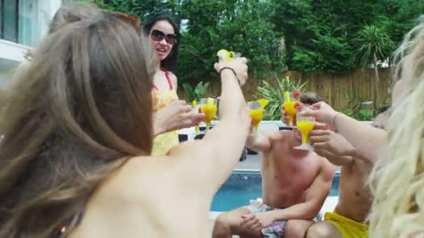 přátel vysedávají u bazénu