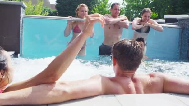 přátel si bazénová party