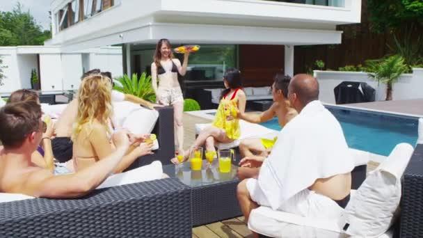 Smíšený etnické přátel těší bazénová party