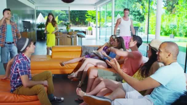 šťastný skupina mladých přátel potkávat v moderní domácnosti