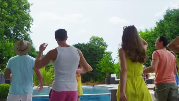 nadšený, skupina přátel dorazí na prázdniny domů a spuštění se podívat na bazénu