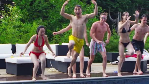 přátel, skákat do bazénu