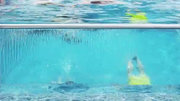 přátel těší bazénová party