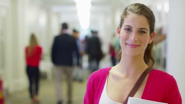 studentka kavkazské stál v chodbě