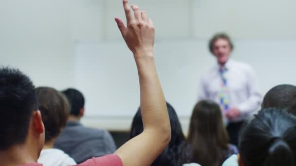 mint tanár tart előadást hallgató diákok
