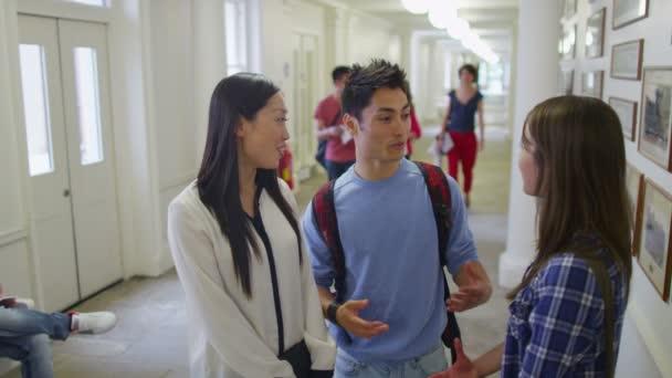 diákok beszélgetni a folyosón